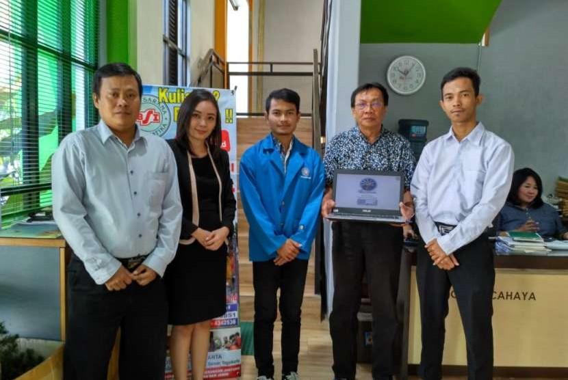 Mahasiswa AMIK BSI Yogyakarta menyerahkan aplikasi PETAKU Kepada PT Pohon Cahaya.