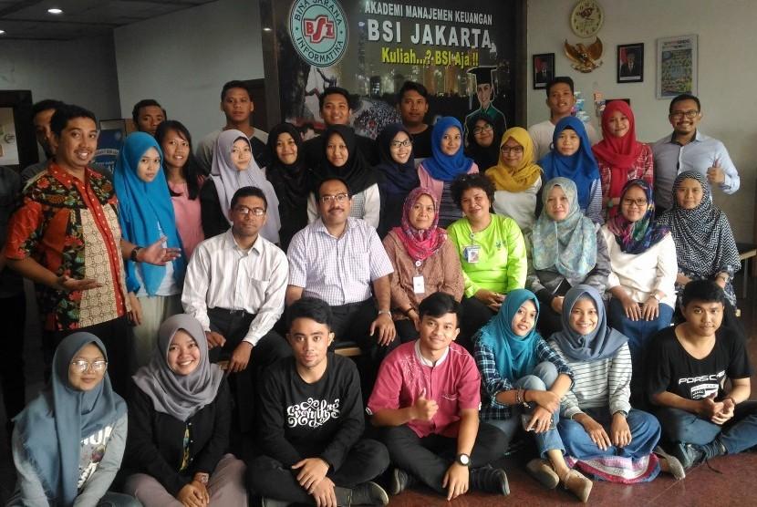 Mahasiswa AMK BSI Jakarta bersama petugas Puskesmas Kramat Jati Jakarta.