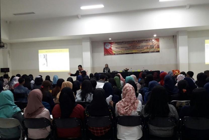 Mahasiswa ASM BSI Jakarta antusias mengikuti seminar motivasi yang diberikan oleh Mr. Spirit Drs Saut Sitompul.