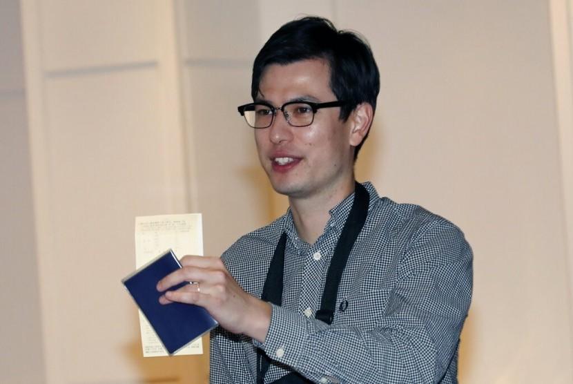 Mahasiswa Australia Alek Sigley saat tiba di bandara Tokyo, Kamis (4/7). Dia hilang selama sepekan di Korea Utara (Korut).