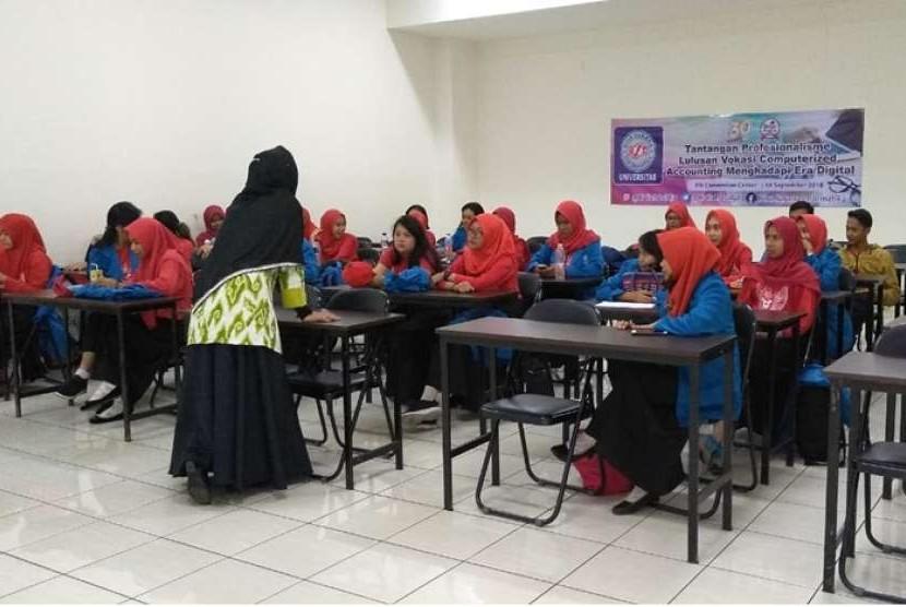Mahasiswa baru Program Studi Sistem Informasi Akuntansi UBSI antusias mengikuti seminar tematik.