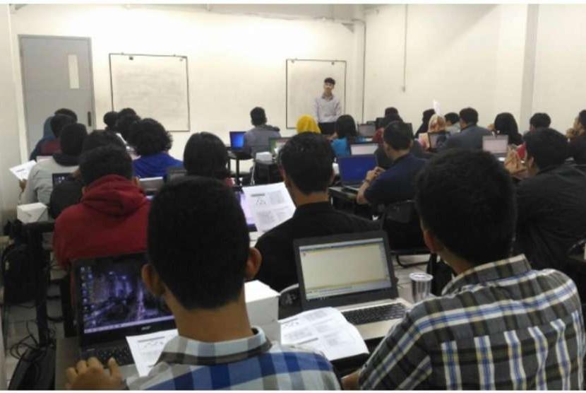 Mahasiswa baru Program Studi Teknik Komputer UBSI mengikuti Seminar Tematik.