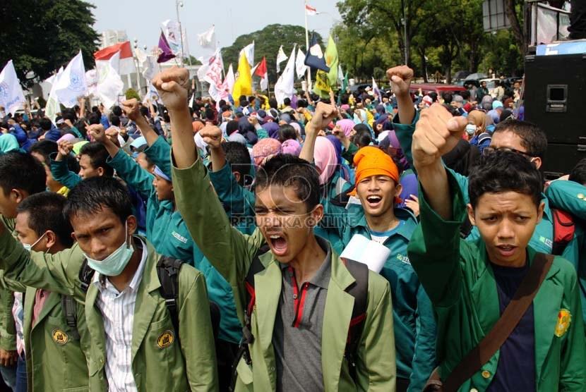 Mahasiswa Berunjuk Rasa Untuk Memperingati Sembilan Tahun Kepemimpinan Sby Di Depan Istana Negara Jakarta Pusat Senin  Republikayasin Habibi