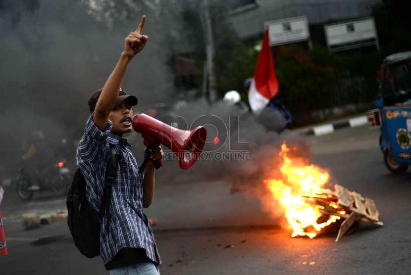 Mahasiswa dari Universitas Bung Karno melakukan aksi unjuk rasa menolak kenaikan BBM di depan Kantor LBH , Jakarta, Senin (24/11).     (Republika/ Wihdan)