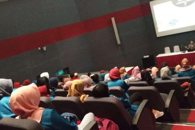 Mahasiswa HMJKA UBSI antusias mengikuti studi lapangan di BEI.