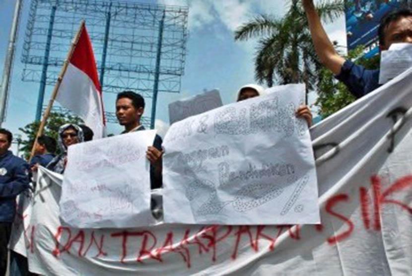 Mahasiswa IKIP PGRI Semarang saat berunjuk rasa menuntut realisasi anggaran pendidikan sebesar 20 persen.