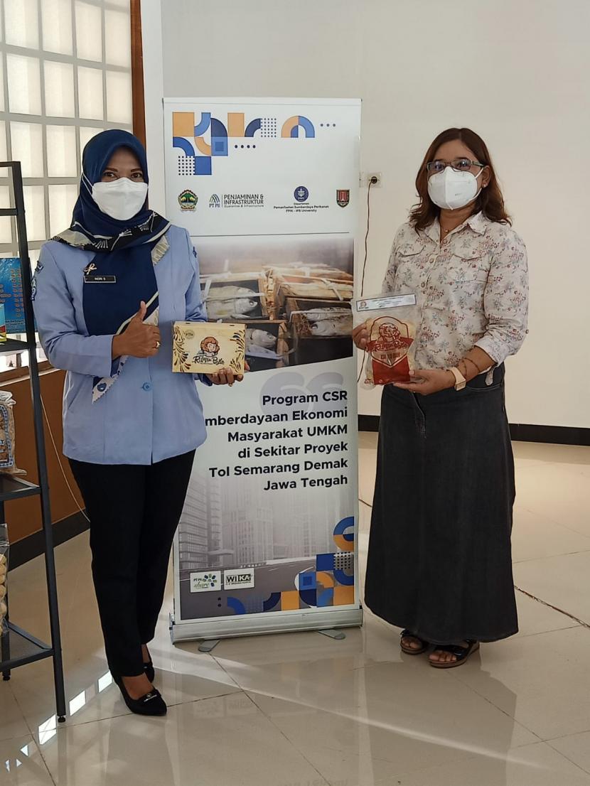 Mahasiswa IPB memperlihatkan contoh produsi olahan ikan masyarakat yang terkena dampak pembangunan jalan tol. (ilustrasi)