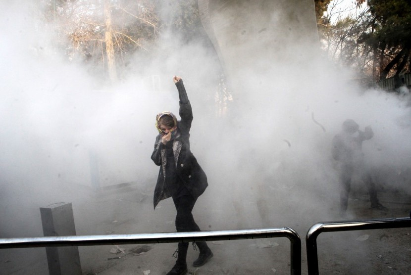 Mahasiswa Iran terlibat bentrokan dengan aparat kepolisian saat menggelar demonstrasi antipemerintah di Universitas Teheran di Teheran, Iran, pada 30 Desember 2017.