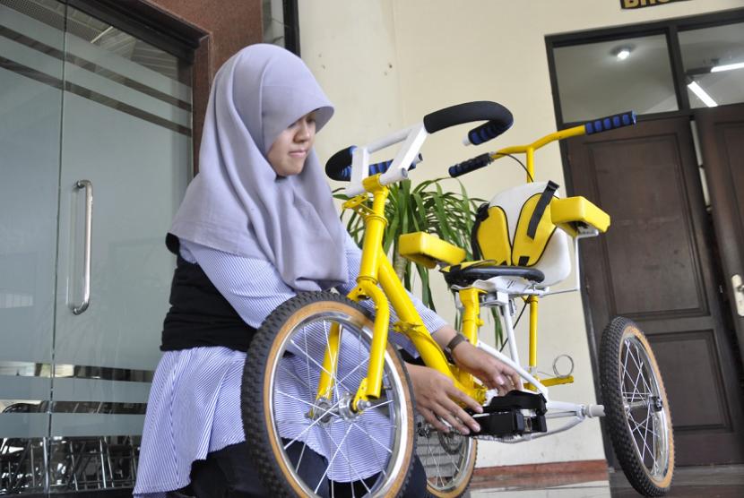 Mahasiswa ITS Elly Fitriana Soedjito menciptakan sebuah sepeda terapi untuk anak-anak cerebral palsy.