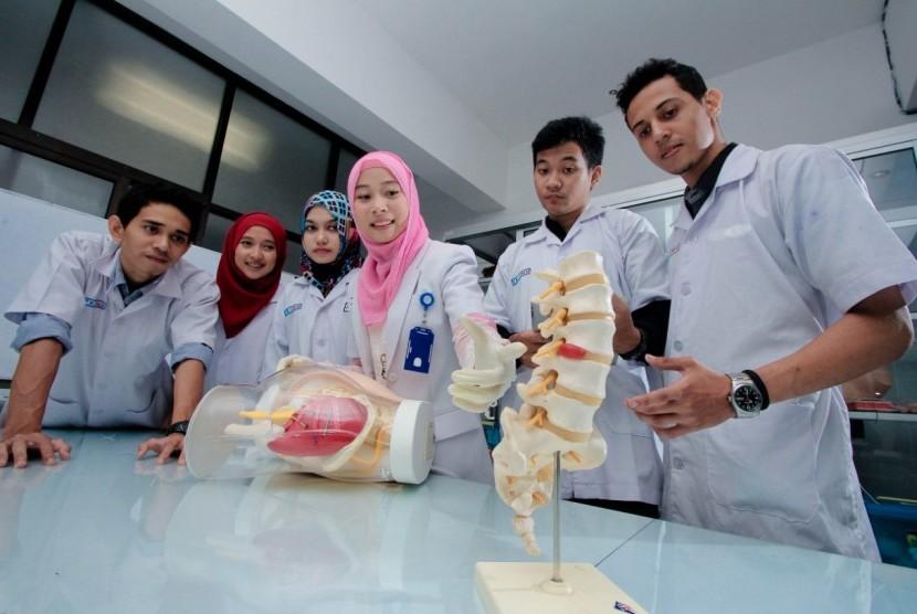 Mahasiswa kedokteran Universitas Muhammadiyah Malang (UMM) tengah melakukan praktikum.