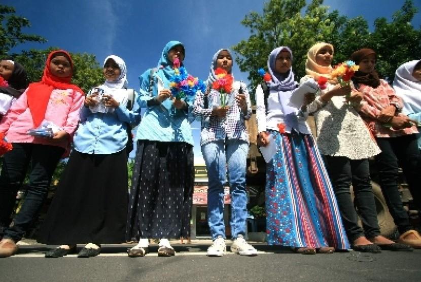 Mahasiswa Lembaga Dakwah Kampus (LDK) Ulul Albab Universitas Wiralodra, Indramayu, Jawa Barat sambut Ramadhan dengan membagikan bunga di jalan (ilustrasi).