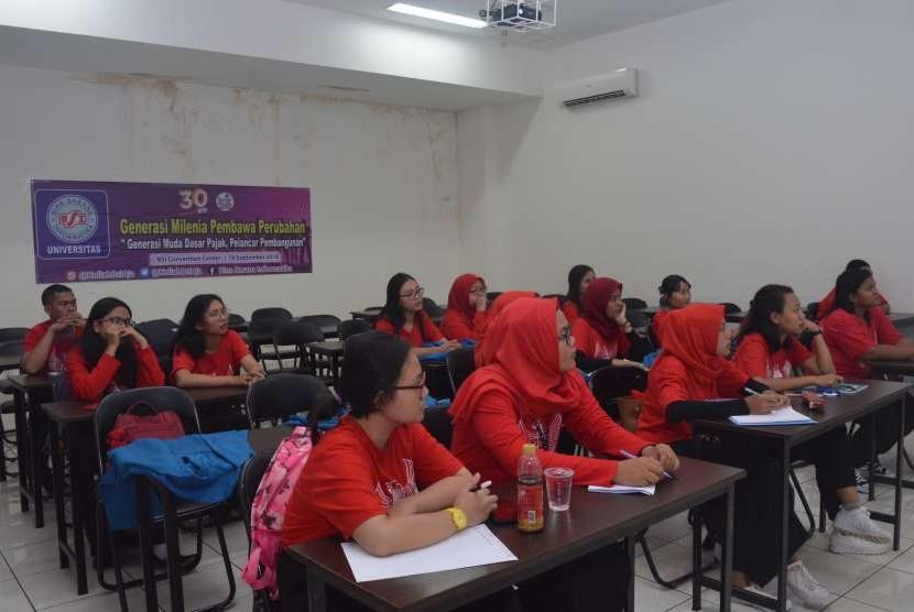 Mahasiswa Manajemen Perpajakan UBSI mengikuti seminar tematik.