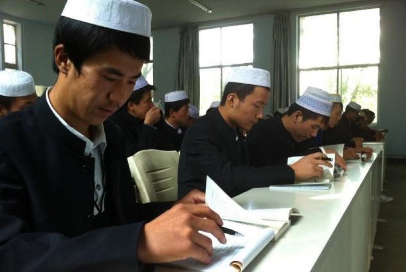 Mahasiswa Muslim Hui saat mengikuti kuliah di Cina.