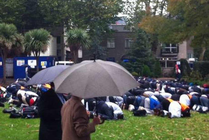 [ilustrasi] Mahasiswa Muslim Queen Mary University, London, melaksanakan shalat Jumat.