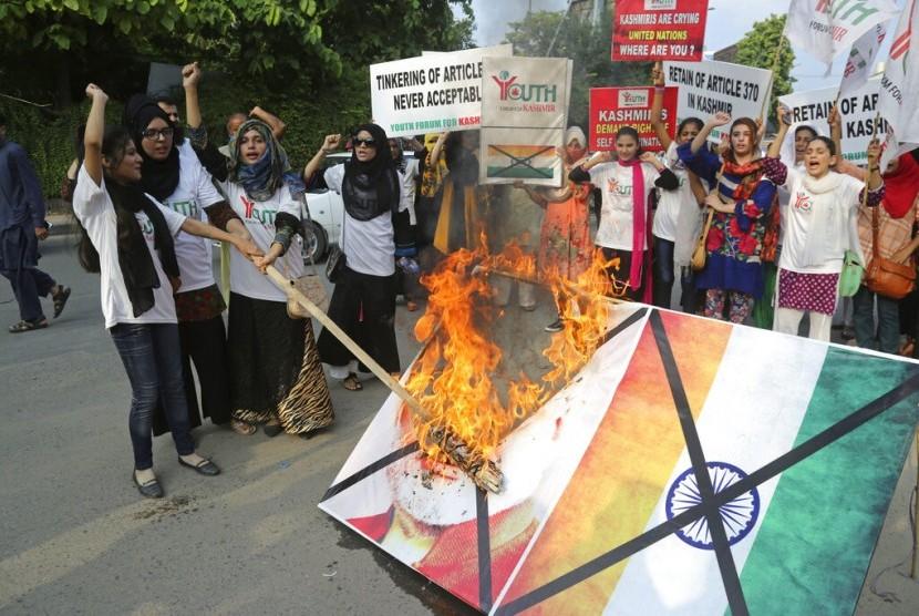 Mahasiswa Pakistan membakar poster Perdana Menteri India Narendra Modi menentang pencabutan status otonomi Kashmir di Lahore, Pakistan, Rabu (7/8).