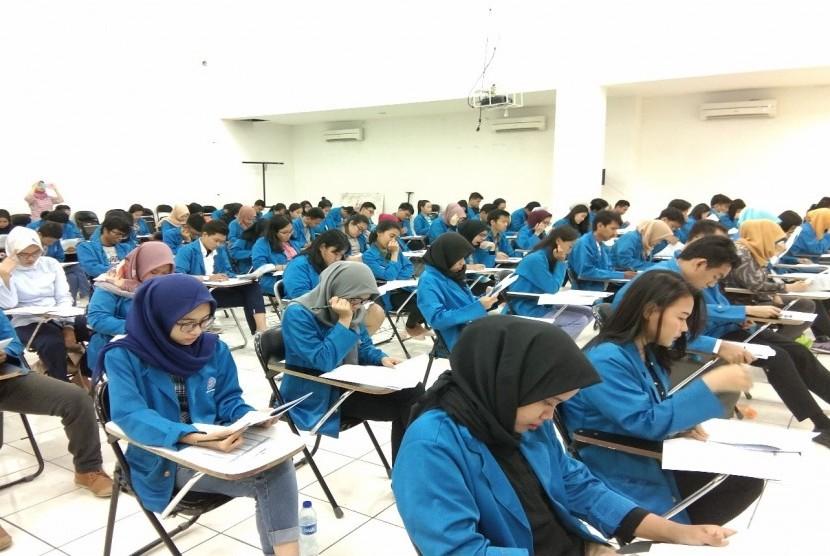 Mahasiswa Program Studi Kehumasan UBSI mengikuti test TOEFL.