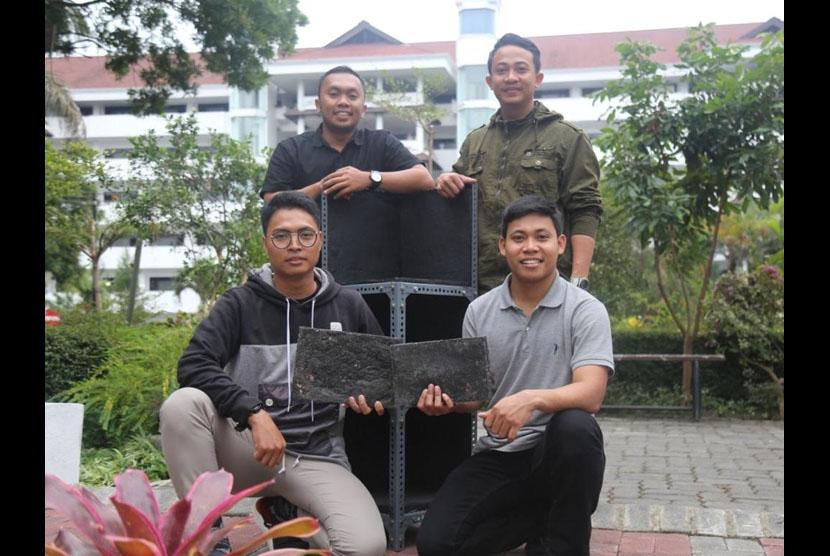 Mahasiswa  Program Studi (Prodi) Kehutanan, Fakultas Pertanian Peternakan (FPP) Universitas Muhammadiyah Malang (UMM) menginisiasi pengolahan sampah plastik menjadi lempengan untuk bahan baku furniture.