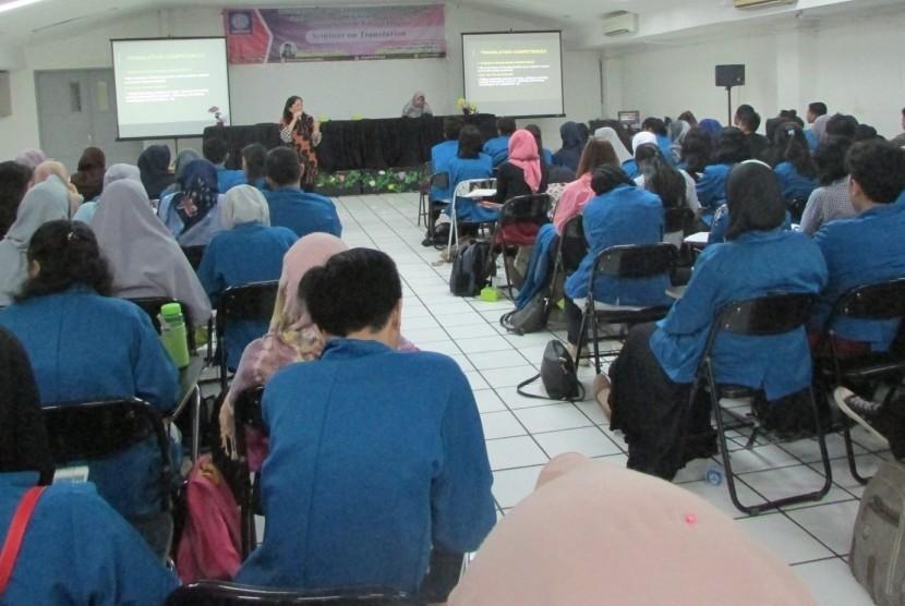 Mahasiswa UBSI mengikuti pembekelan kompetensi di bidang penerjemahan.