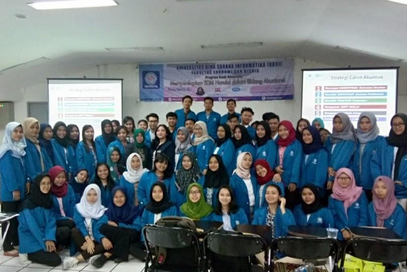 Mahasiswa UBSI Prodi SIA mengikuti seminar karir lulusan Prodi SIA.