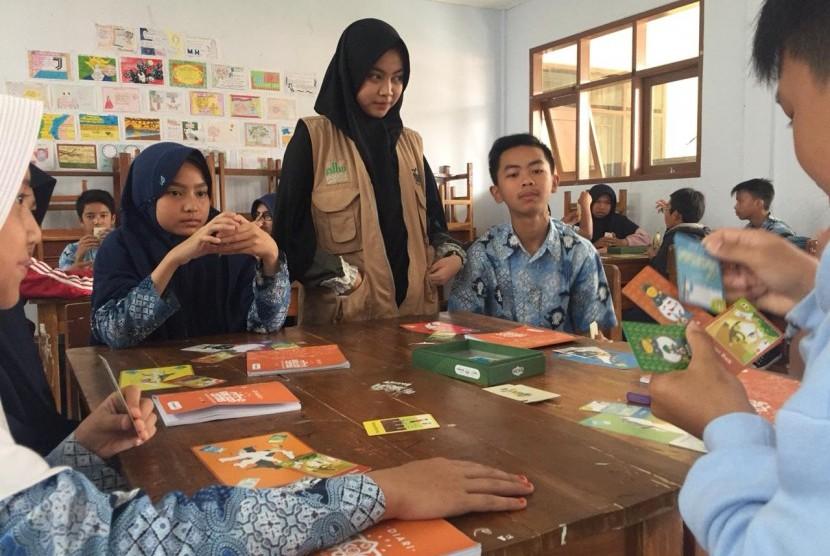 Mahasiswa UMM, Izza Amalia, menyebarkan nilai perdamaian dan tangguh bencana melalui boardgames.