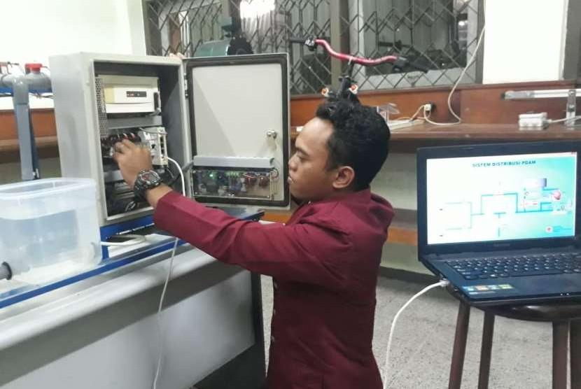 Mahasiswa Universitas 17 Agustus 1945 (Untag) Surabaya Lasmiran Abdullah menguji coba alat pengontrol kebocoran pipa Perusahaan Daerah Air Minnum (PDAM) berbasis komputer atau Supervisor Control And Data Accusition (SCADA).