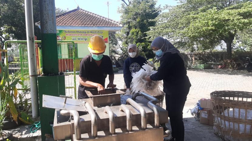 Mahasiswa Universitas Brawijaya (UB) mengolah limbah plastik menjadi bahan bakar ramah lingkungan. Dok.