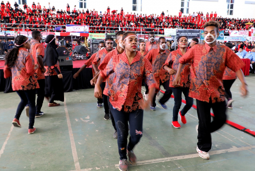Mahasiswa Universitas Hasanuddin asal Papua, tampil dengan tarian kreasi perpaduan tradisional-modern,