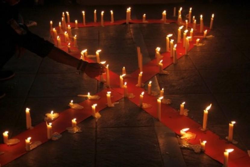 Mahasiswa Universitas Muhammadiyah (Unismuh) Makassar melakukan renungan dengan menyalakan lilin saat memperingati hari AIDS Sedunia di depan kampus Unismuh Makassar, Sulawesi Selatan, Selasa (1/12) malam.