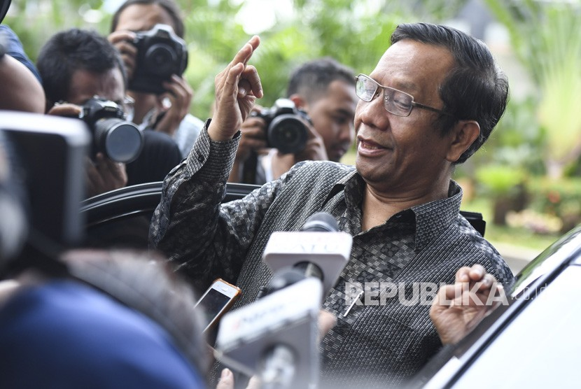 Mahfud MD Datangi KPK. Mantan Ketua Mahkamah Konstitusi Mahfud MD menjawab pertanyaan wartawan saat akan meninggalkan Gedung KPK di Jakarta, Rabu (27/2/2019).