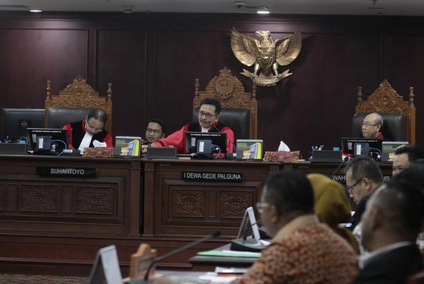Majelis Hakim Mahkamah Konsititusi (MK) . I Dewa Gede Palguna (tengah) didampingi dua hakim konstitusi Suhartoyo (kiri) dan Wahiduddin Adams (kanan) saat memimpin sidang lanjutan sengketa hasil Pemilu Legislatif 2019 di gedung MK, Jakarta, Selasa (16/7/2019).