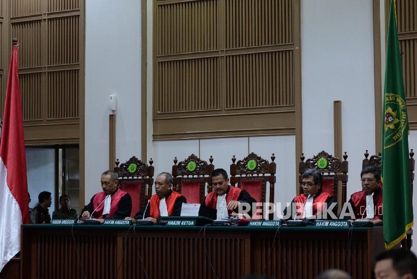 Sidang kasus dugaan penistaan agama dengan terdakwa Gubernur DKI Jakarta nonaktif Basuki Tjahaja Purnama atau Ahok di PN Jakarta Utara.