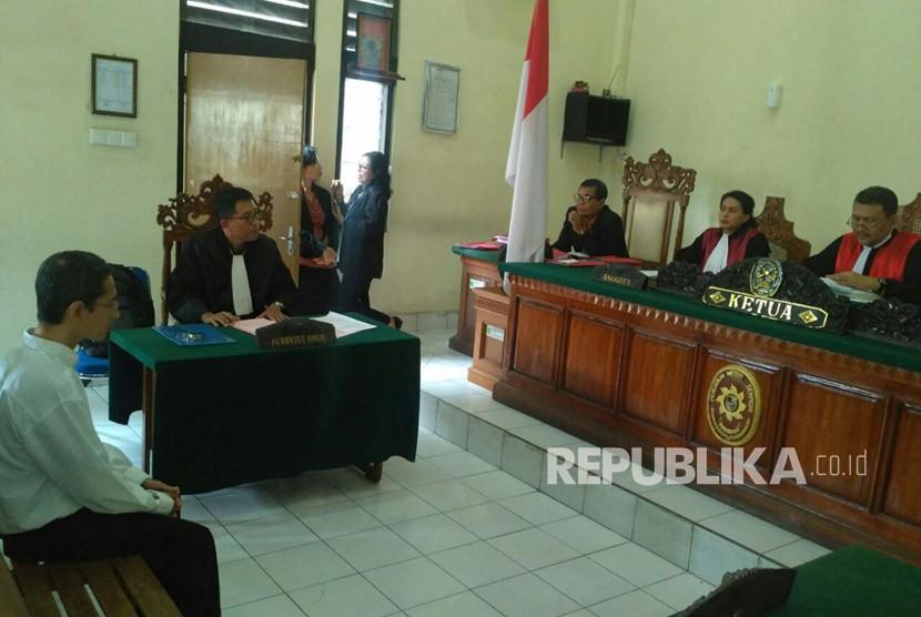 Majelis Hakim Pengadilan Negeri Denpasar memutuskan hukuman pidana penjara dua tahun 10 bulan untuk Donald Ignatius Soeyanto Baria (DISB) alias Donald Bali. DISB adalah pelaku ujaran kebencian yang menghina agama Islam dan para ulama (kyai).