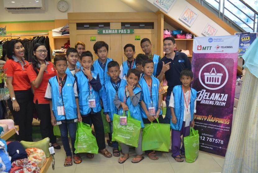 Majelis Taklim Telkomsel (MTT) bekerja sama dengan PKPU Human Initiative Jawa Tengah mengadakan Belanja Bareng Yatim (BBY) di Mall Ciputra Semarang.