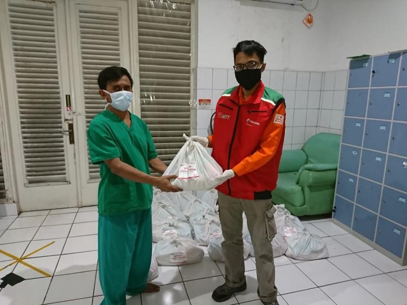 Majelis Telkomsel Taqwa yang diwakili oleh dua orang relawan, datang ke RSUP Persahabatan, Jakarta Timur untuk menyalurkan 26 paket sembako kepada para petugas pemularasan jenazah di rumah sakit tersebut.