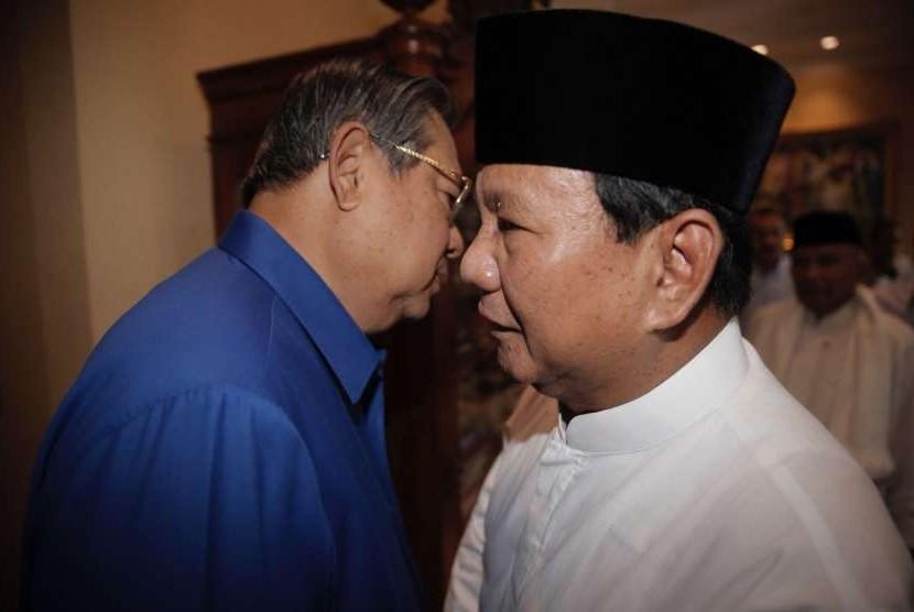 Ketua Umum Partai Demokrat Susilo Bambang Yudhoyono (kiri) dan bakal calon presiden sekaligus Ketua Umum Partai Gerindra Prabowo Subianto (kanan).