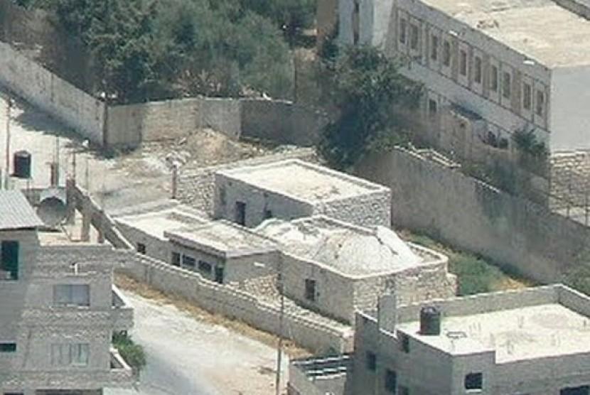 Terdapat 3 versi lokasi makam Nabi Yusuf AS. Makam Nabi Yusuf di Nablus menurut salah satu pendapat