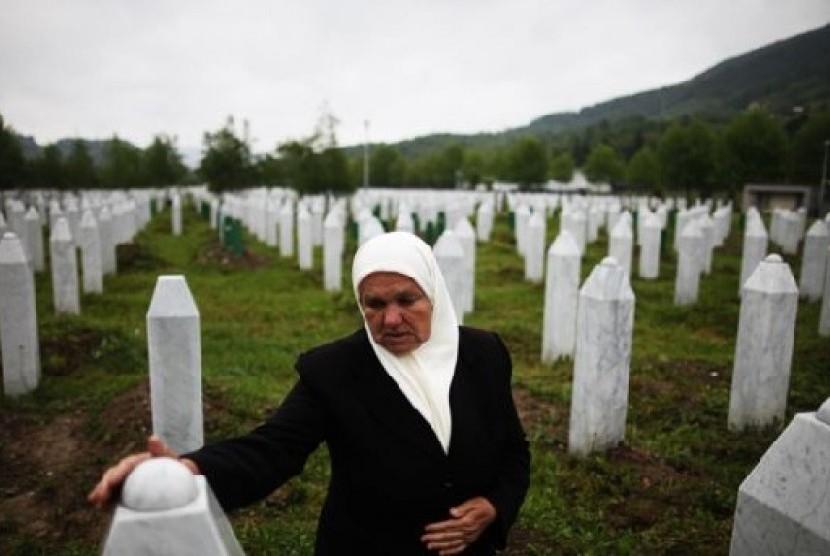 Makam para korban perang Bosnia antara tahun 1992-1995 di dekat kota Srebrenica