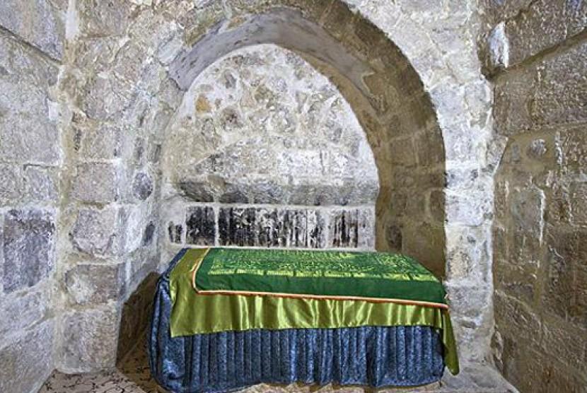 Makam Rabiah al-Adawiyah tampak dari dalam ruangan.