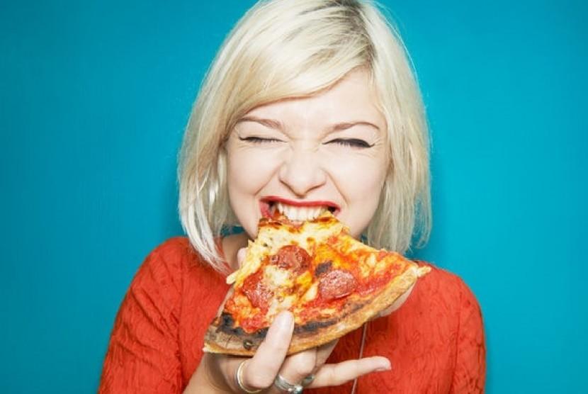 Makan Pizza. Ilustrasi