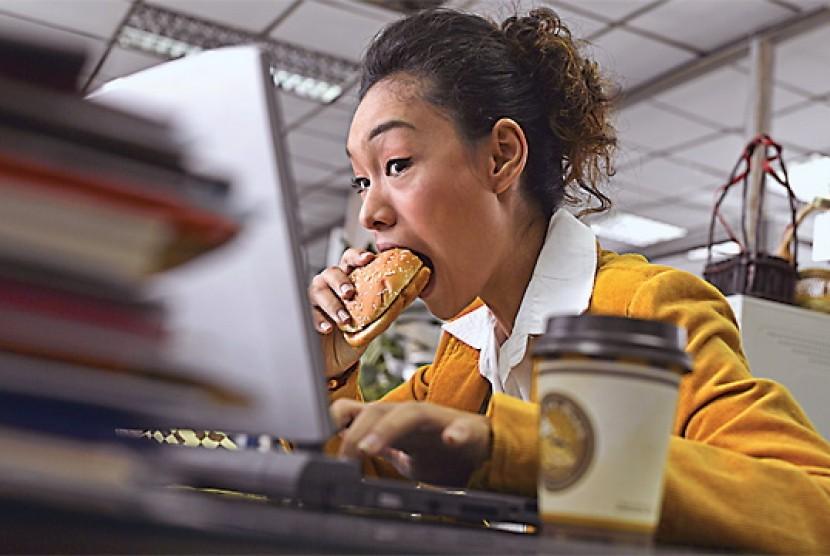 Makan siang di meja kerja