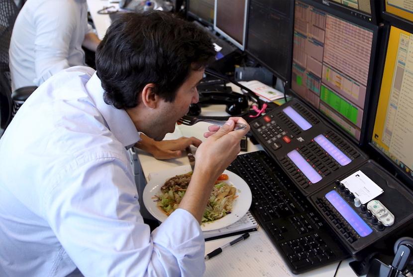 Makan siang di meja kerja.