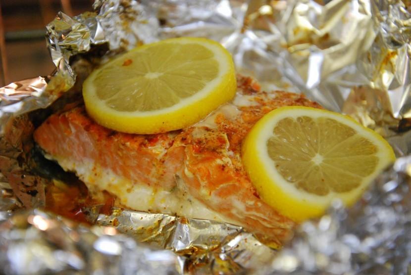 Makanan dibungkus aluminium foil.