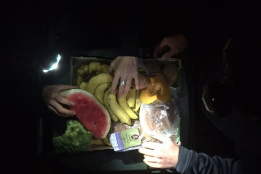 Makanan sisa yang dipungut dari tempat sampah di dekat toko bahan makanan.
