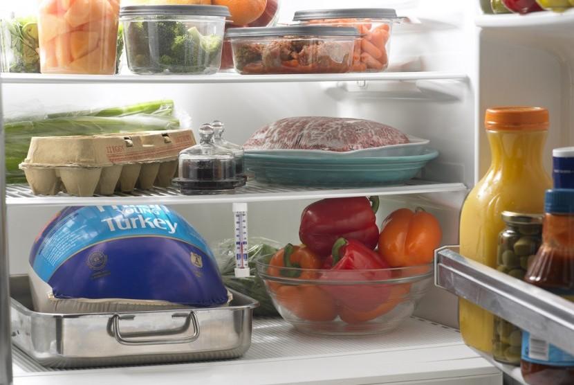 Makanan yang disimpan di kulkas.