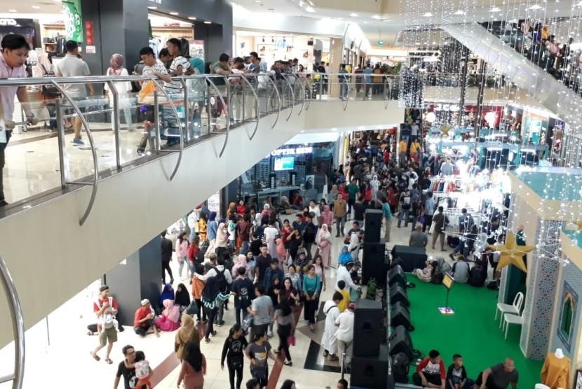Malam takbiran menjelang Hari Raya Idul Fitri 1439 Hijriah, dua pusat perbelanjaan di Bekasi ramai pengunjung, Kamis (14/6).