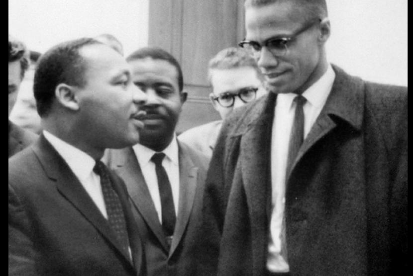 Malcolm X (kanan) berbincang dengan tokoh HAM di AS saat itu, dr Martin Luther King Jr