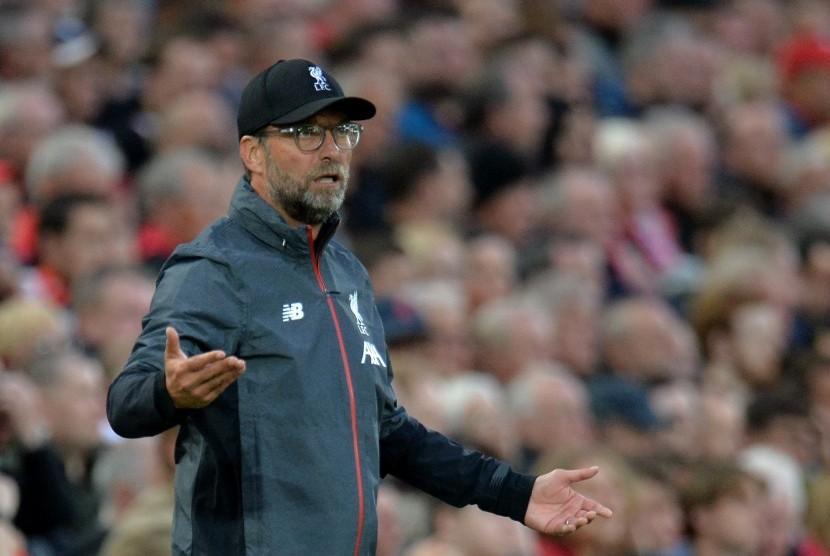 Manager Liverpool, Juergen Klopp, mengawasi jalannya pertandingan saat menghadapi Norwich City di laga pembuka Liga Primer Inggris di Stadion Anfield, Liverpool, Inggris, pada Jumat (9/8) malam waktu setempat.