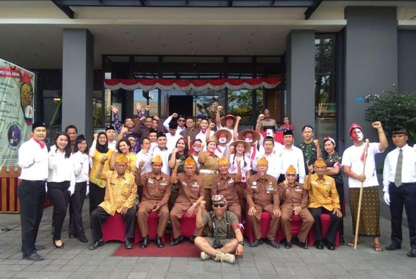 Manajemen dan karyawan Horison Yogyakarta bersama anggota Legiun Veteran.