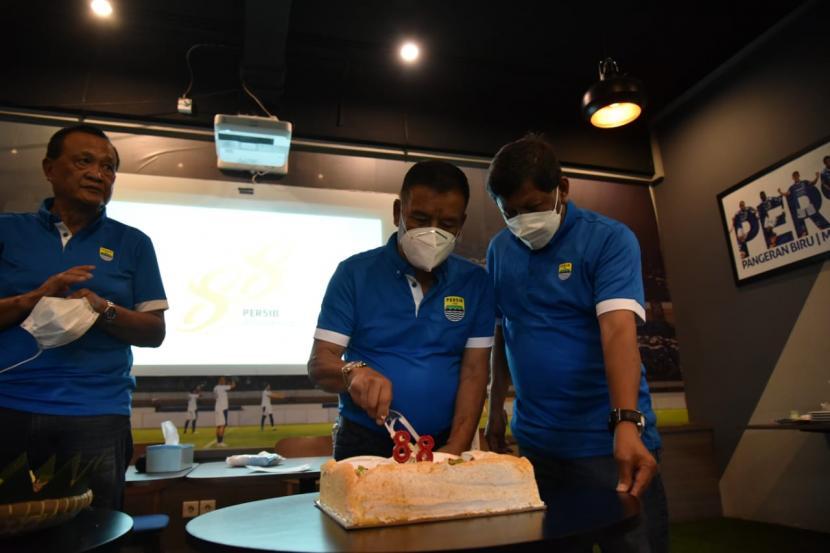 Manajemen dan tim Persib Bandung merayakan hari jadi Persib ke-88 di Graha Persib, Bandung, Ahad (14/3)