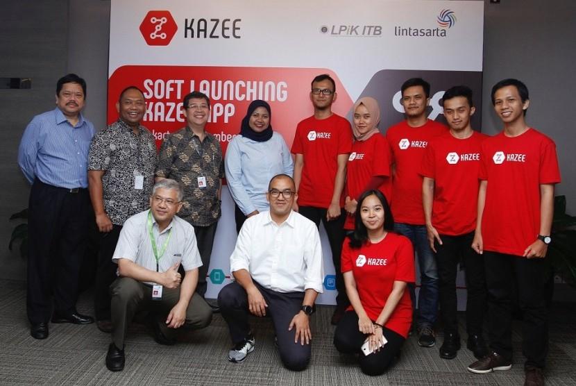 Manajemen Lintasarta berfoto bersama dengan tim Kazee dan LPiK ITB saat penandatangan MoU antara Lintasarta dengan Kazee di Jakarta, Selasa  (13/12/2016).